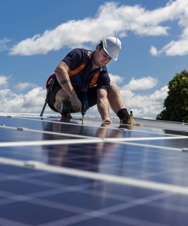 technicien installation panneaux solaires